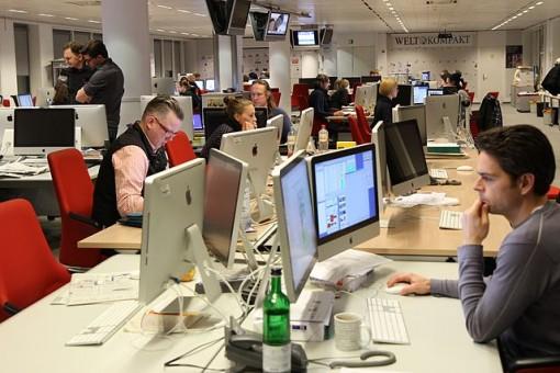 A modern newsroom in Berlin. By Thomas Schmidt (NetAction)  via Wikimedia Commons.